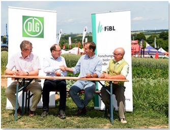 Unterzeichnung des Kooperationsvertrags zwischen DLG und FiBL: (von links) Dr. Reinhard Grandke (Hauptgeschäftsführer DLG), Prof. Urs Niggli (Vorstandsvorsitzender FiBL e.V.), Carl-Albrecht Bartmer (DLG-Präsident) und Dr. Robert Hermanowski (Geschäftsführer FiBL e.V.)