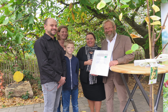 v.l.n.r. Familie Binger, NRW-Landwirtschaftsministerin Ursula Heinen-Esser, der Landesvorsitzende Bioland NRW Joachim Koop. Foto: Bioland NRW