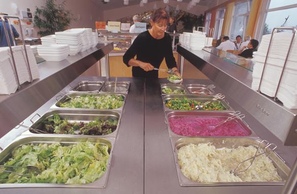 Außer-Haus-Verpflegung, Selbstbedienung am Salatbuffet in Kantine