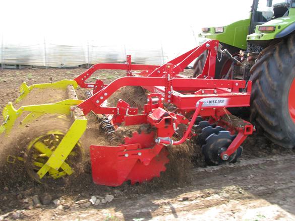 Landtechnik im Einsatz, Bodenvorbereitung zur Aussaat, bzw. zur Pflanzung