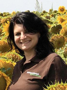 Liane Regner, Marktgesellschaft der Naturland Bauern AG, im Sonnenblumenfeld