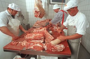 Metzger zerlegen Fleisch
