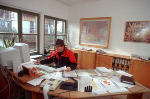 Büroarbeit gehört zum Alltag, Betriebsleiter am Schreibtisch
