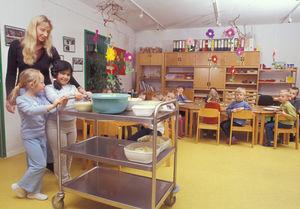 Kinder helfen bei Essensausgabe in Kita